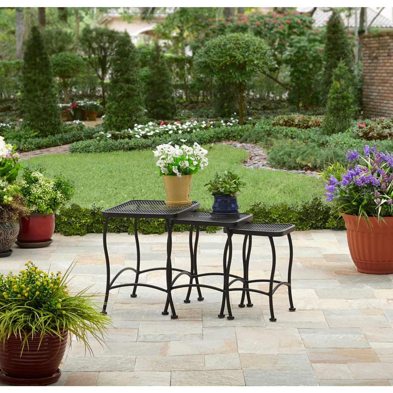 La tables gigogne peut être facilement rangée sur un petit patio ou un balcon lorsqu'elles n'estt pas utilisée.