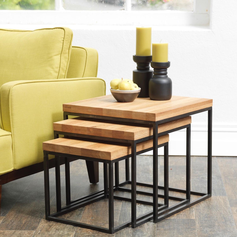 Le bambou, le rotin ou tout autre matériau résistant aux intempéries sont d'excellents finis ou matériaux pour une table gigogne de patio.