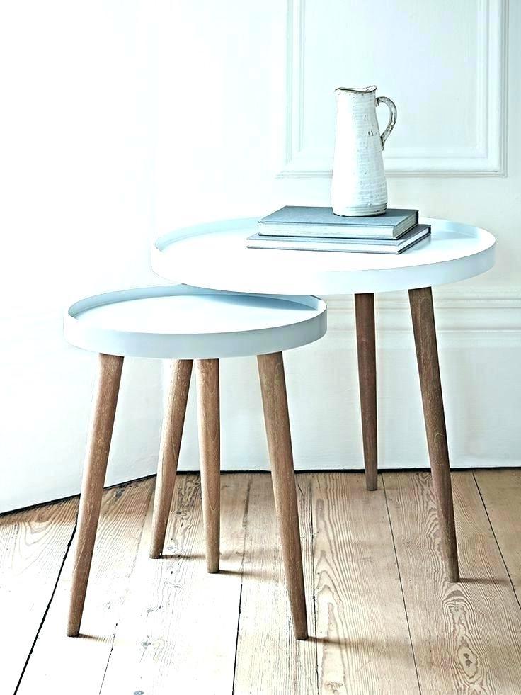 Remplacer une table de nuit par une table gigogne est un excellent moyen de changer la configuration de votre chambre à coucher.