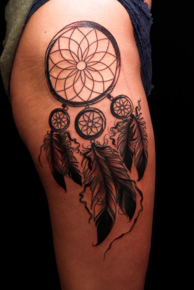 Les tatouages attrape-rêves constituent également un guide pour que le bien voyage dans l'esprit de cette personne.