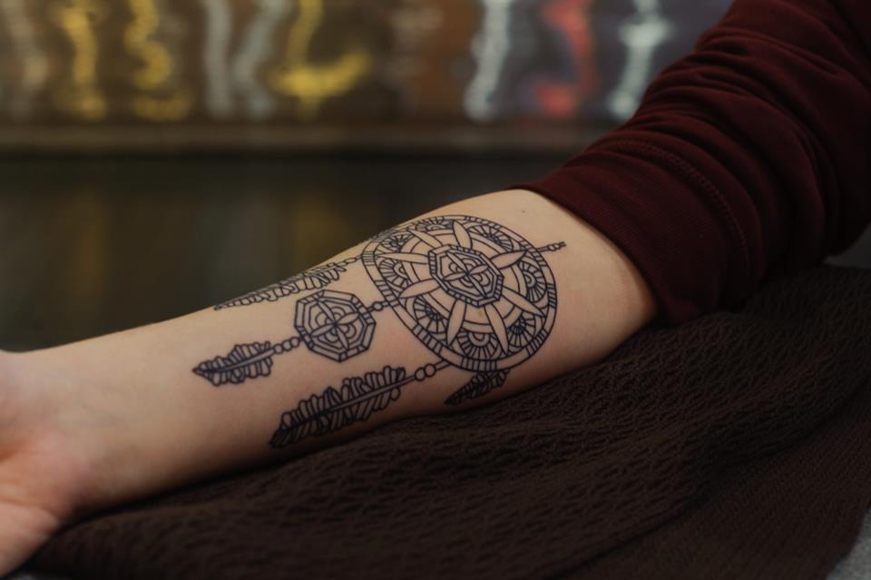 Beaucoup de gens aiment le plus ce fait de leur tatouage attrape-rêves, alors ils ne manqueront pas de donner un aspect ondulé aux plumes.