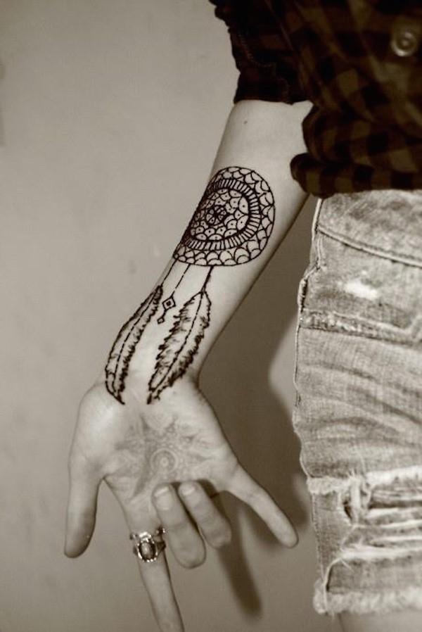 C'est un sens très clair de tatouage attrape-rêves: la personne veut mettre de côté son stress et avoir plus de paix dans sa vie.