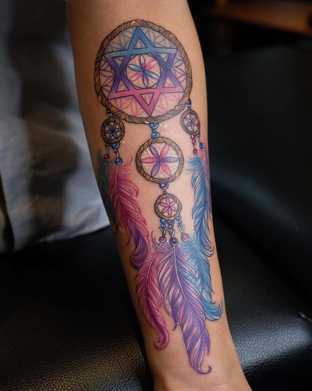 Voici un exemple de quelqu'un qui pose ses idées sur le capteur de rêves avec ses propres ornements, y compris le pentagramme.