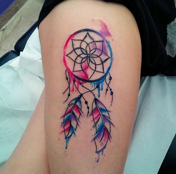 Un grand tatouage d'attrape-rêves sur la cuisse est un lieu de prédilection pour les femmes de se faire tatouer de nos jours.