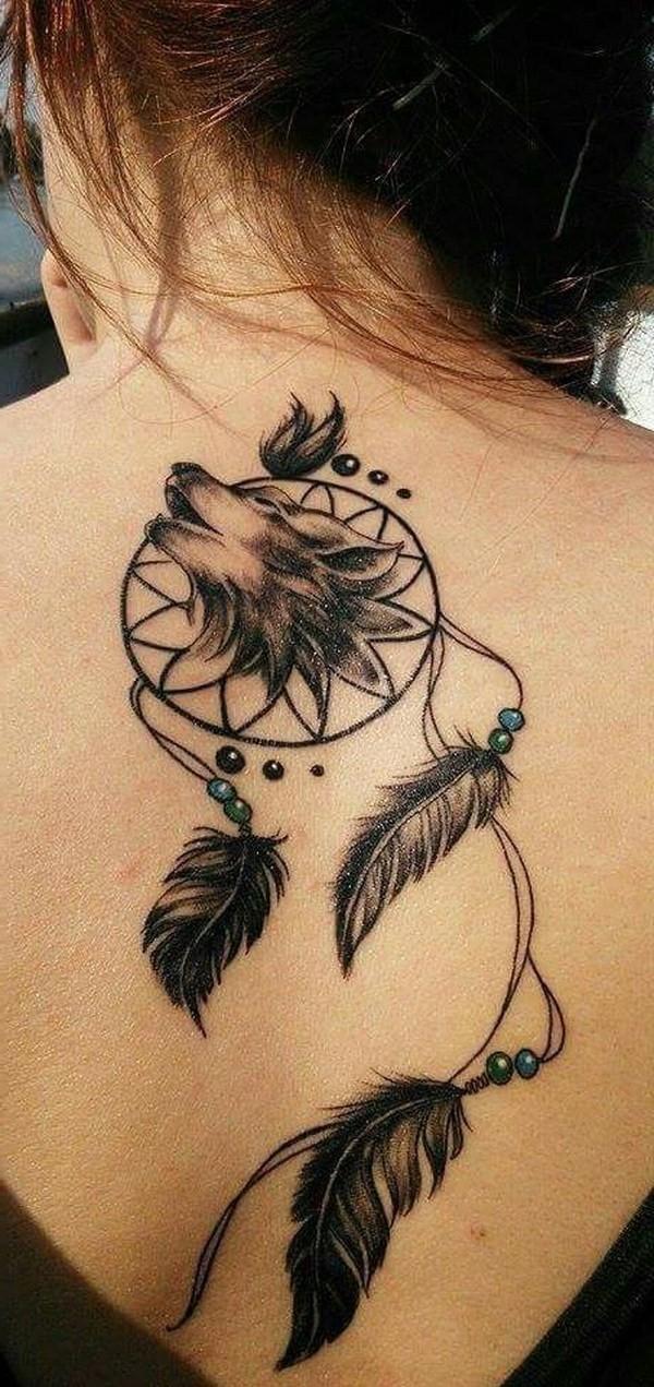 L'un de nos endroits préférés pour le tatouage de attrape-rêves se trouve à l'arrière du cou.