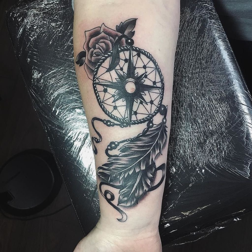 Un exemple de cela est d'obtenir un tatouage attrape-rêves qui s'enroule autour de votre bras.