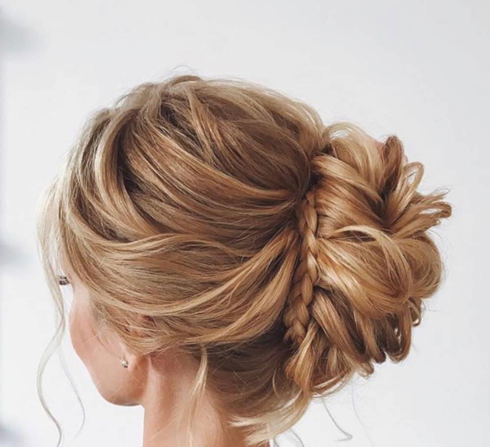 Une belle coiffure de mariage avec tresse et chignon long