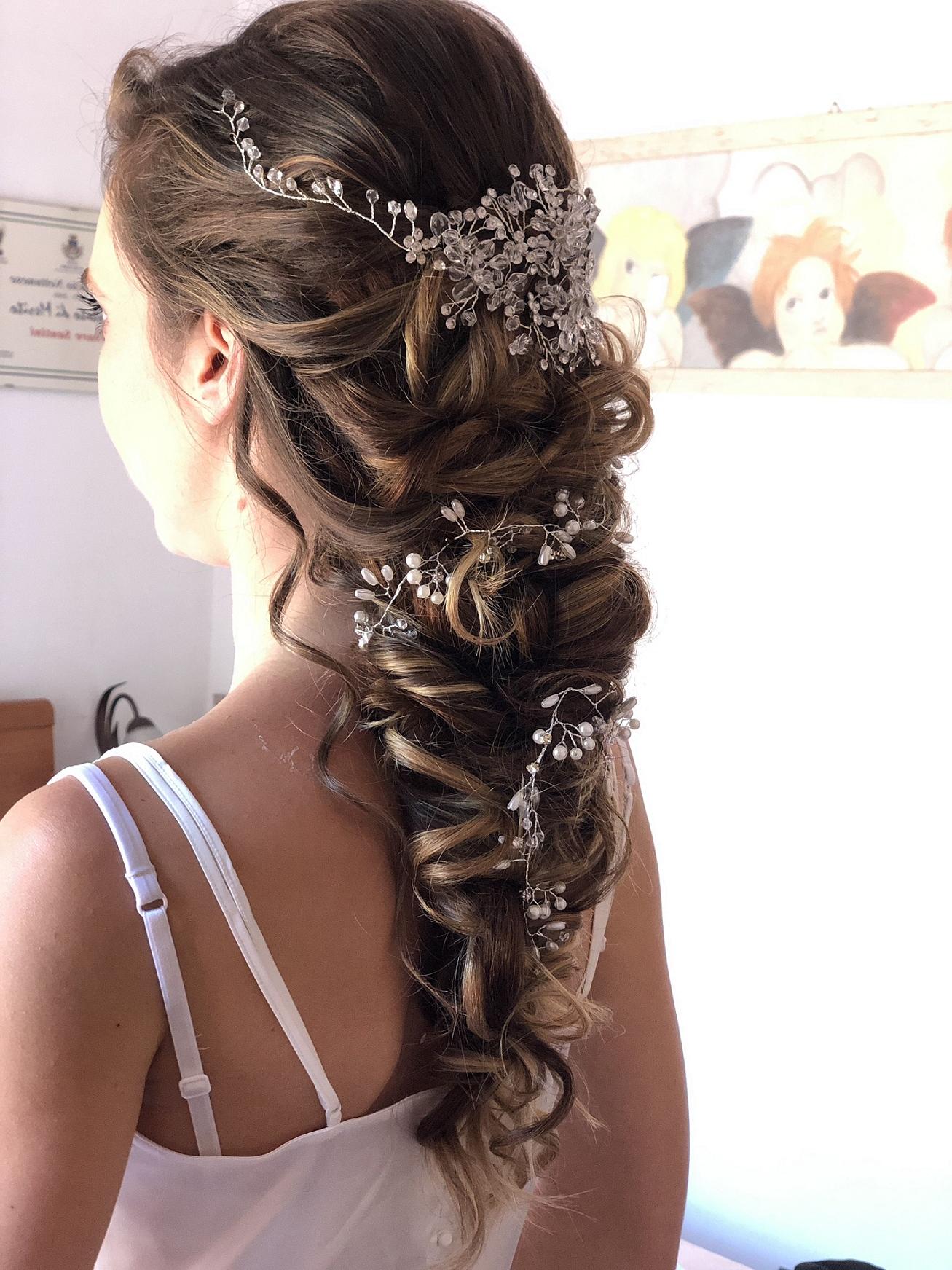 Une belle coiffure de mariage avec un bijou de cheveux longs