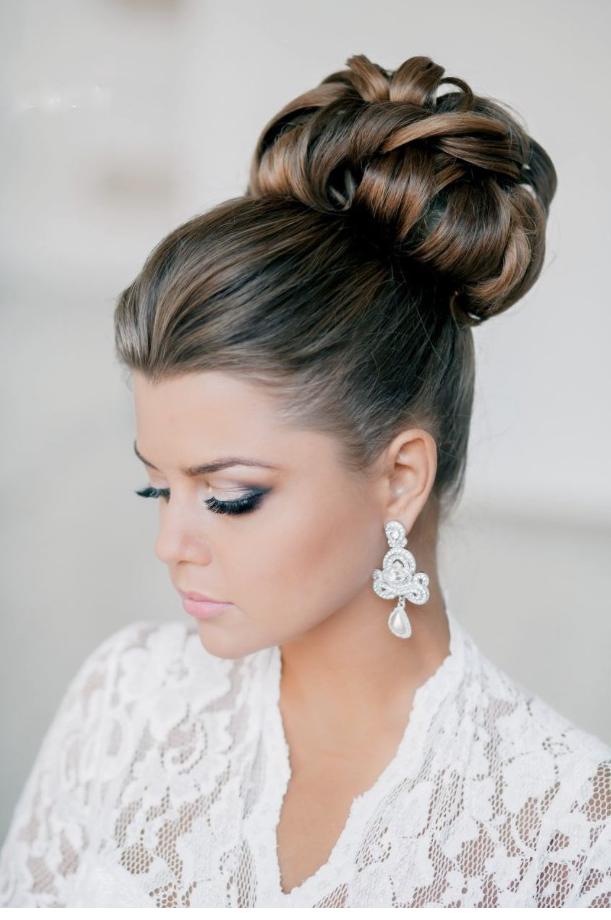 Une coiffure de mariage simple avec une mèche de cheveux longs