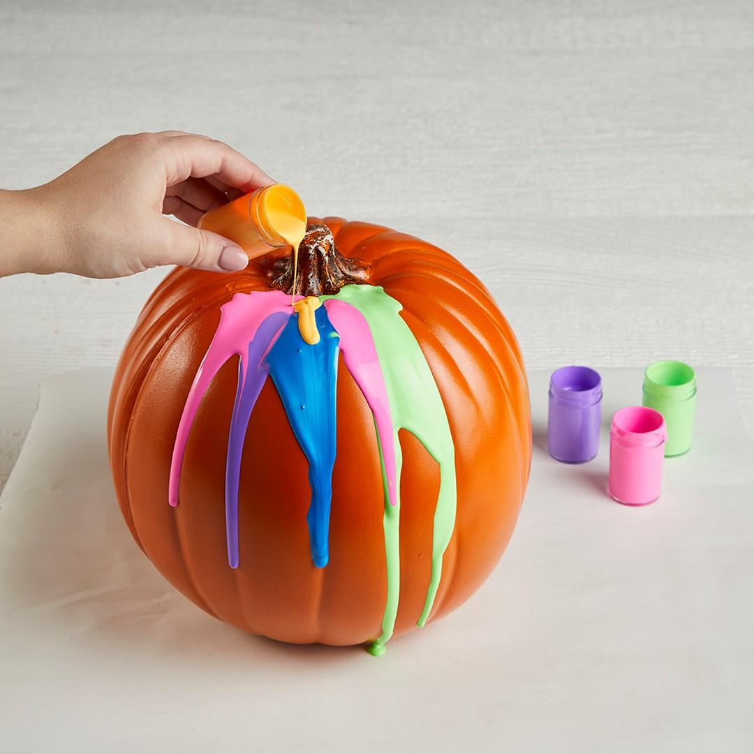Choisissez vos couleurs préférées pour ce beau projet de bricolage avec des citrouilles.