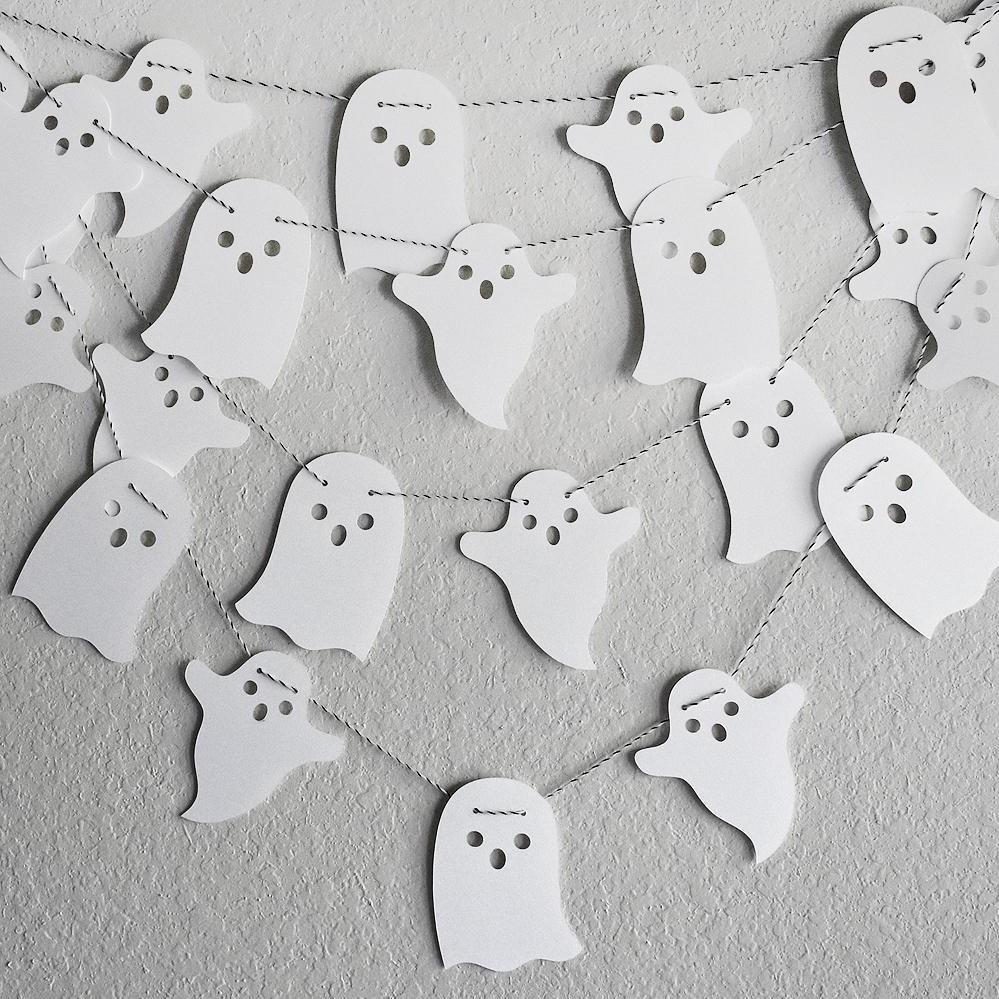 Une autre idée facile est la guirlande de fantômes.