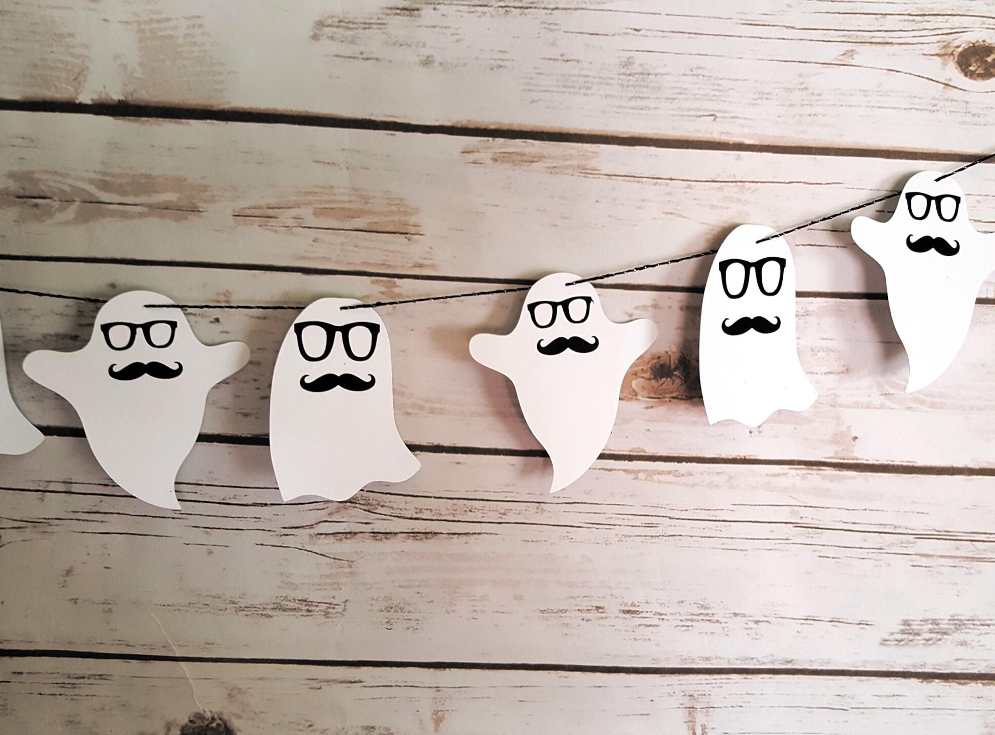 Coupez le papier en forme de fantôme. Vous pouvez également les décorer en dessinant des visages.