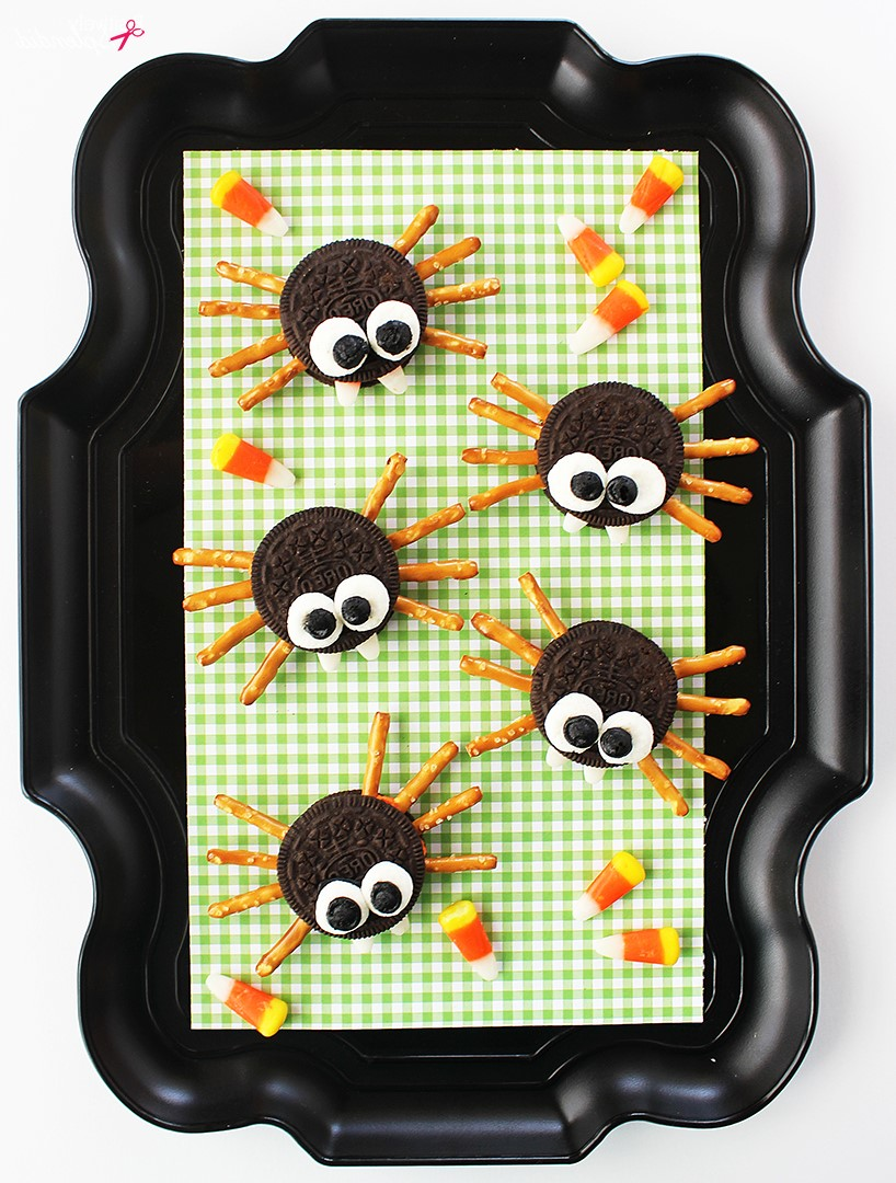 Bricolage d'Halloween pour les enfants de la maternelle: araignées de biscuits faciles.