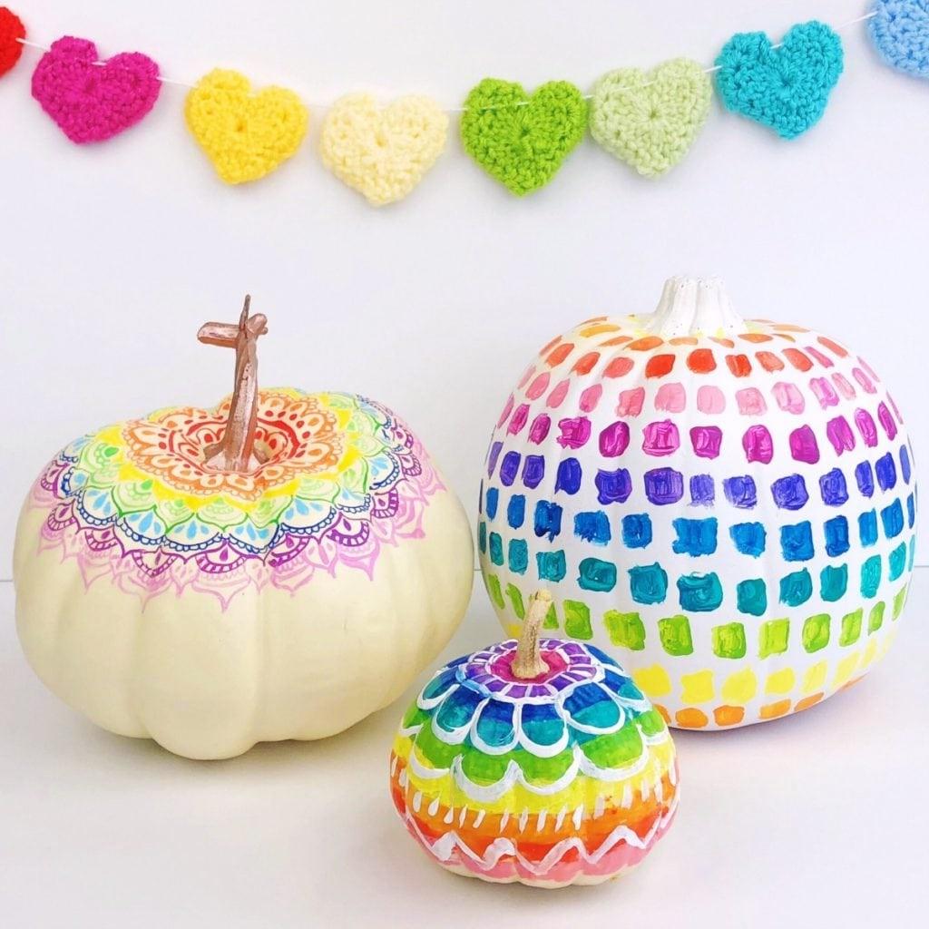 Achetez des citrouilles blanches et décorez-les avec des marqueurs colorés.