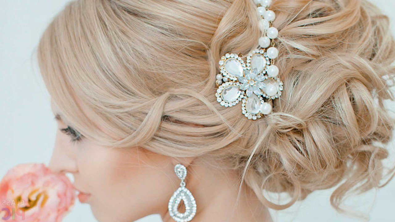 Une coiffure de mariage avec un chignon et un bijou de longs cheveux blondsblonds