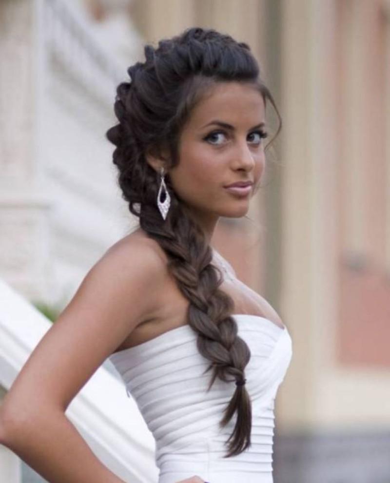 Une coiffure de mariage élégante avec une grande tresse de longs cheveux bruns