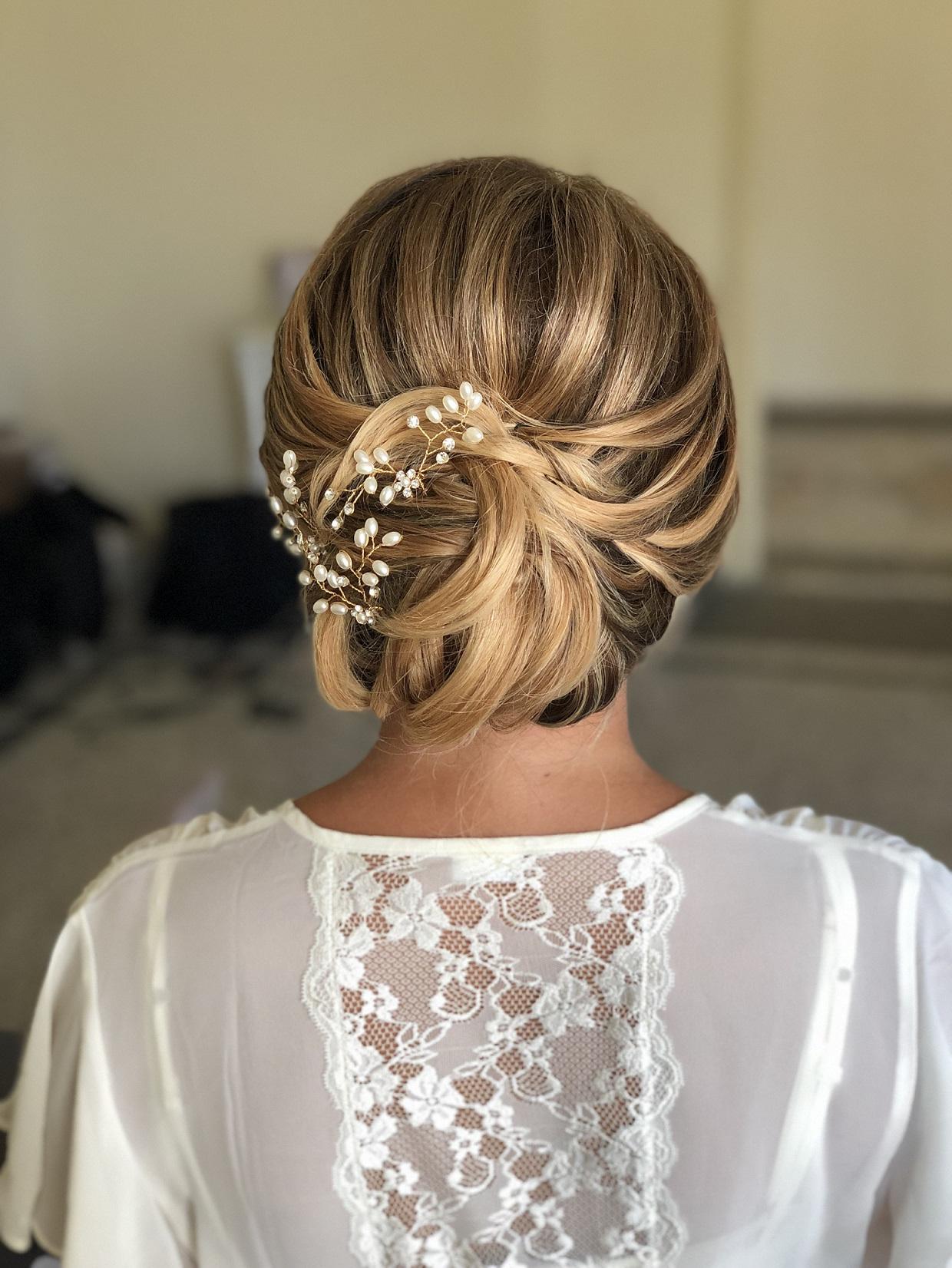 Une belle coiffure de mariage avec les bijoux