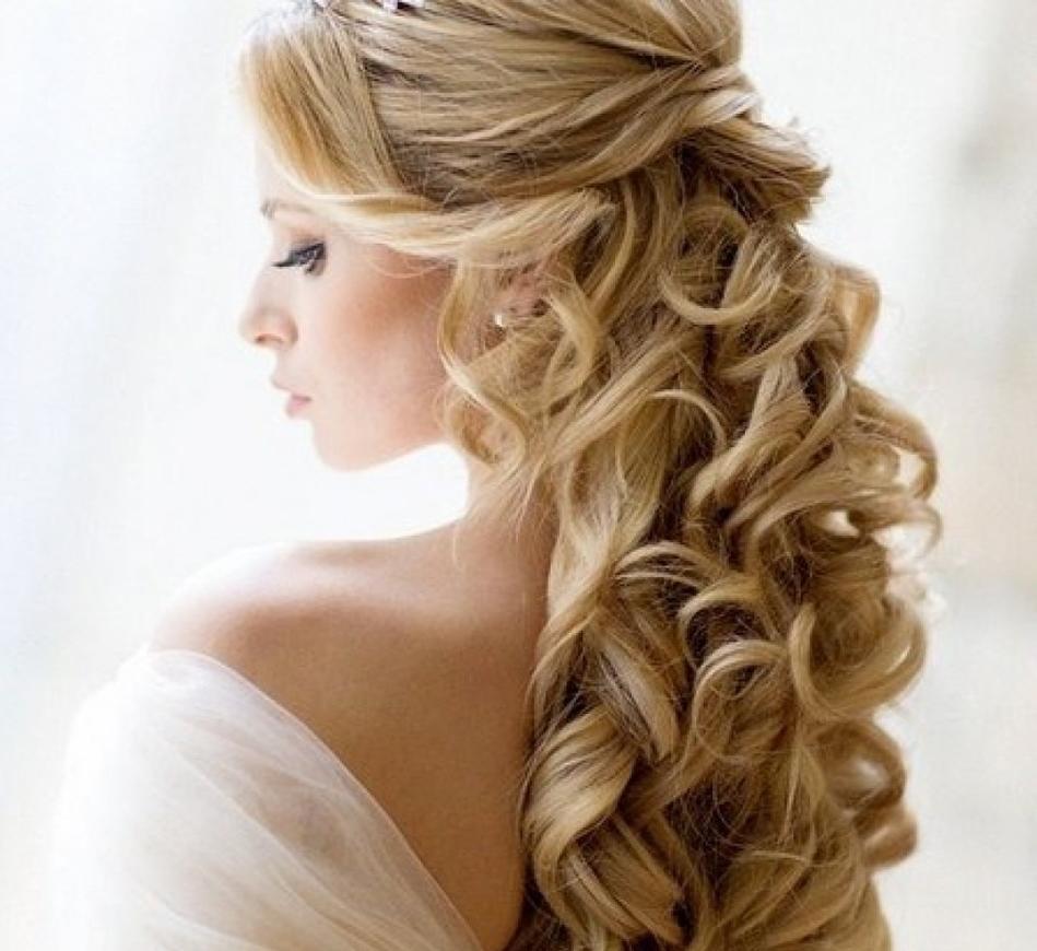 Une coiffure de mariage élégante avec des petits pains à cheveux longs