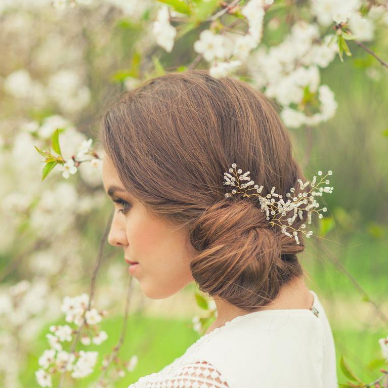 Une coiffure de mariage élégante et simple avec une mèche de cheveux longs