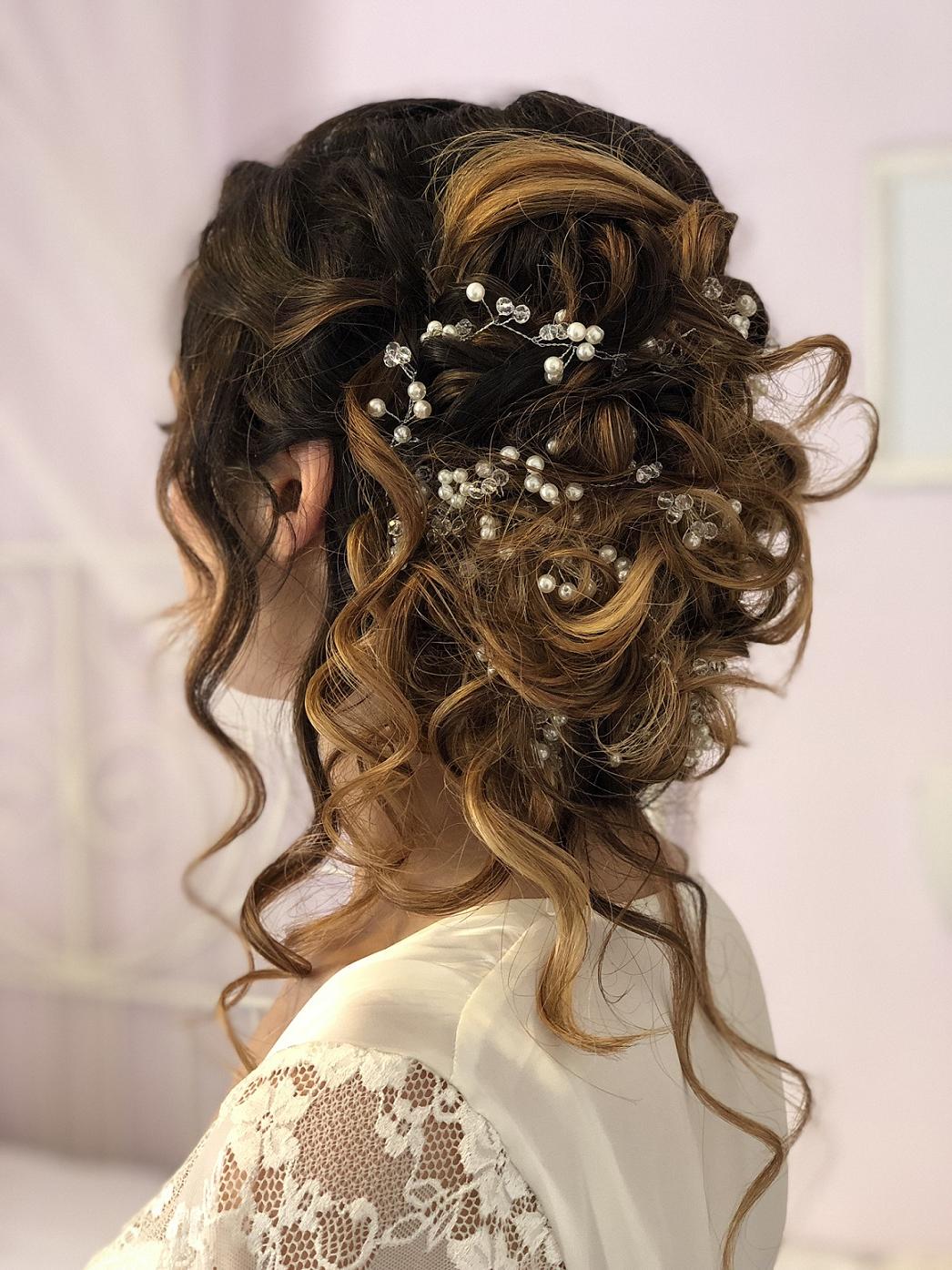 Une coiffure de mariage avec un beau bijou aux cheveux longs