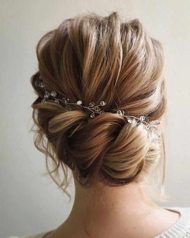 Une coiffure de mariage simple avec un bijou dans les cheveux longs