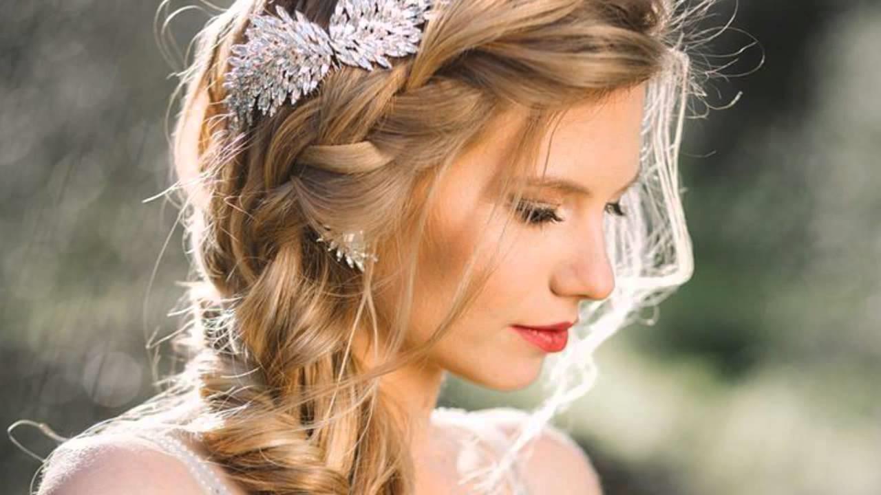 Une coiffure de mariage avec une simple tresse de longs cheveux blonds
