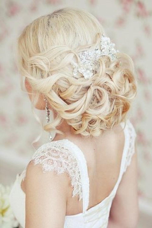 Une coiffure de mariage élégante aux longs cheveux blonds