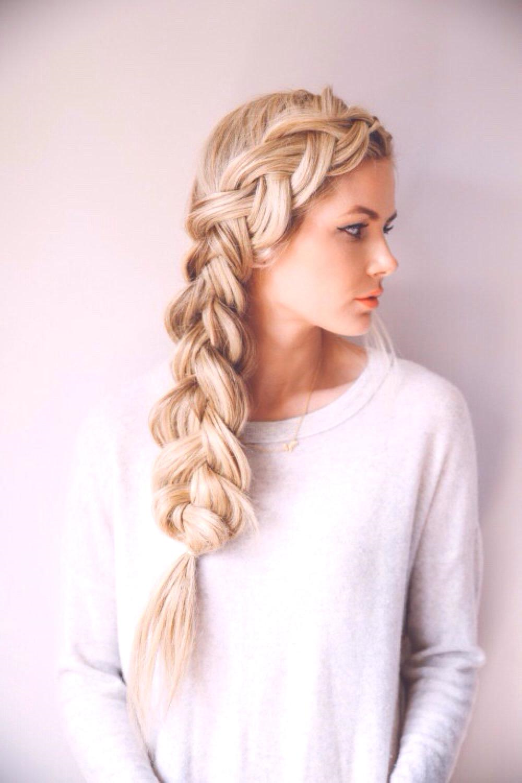 Une coiffure de mariage aux longs cheveux blonds tressés