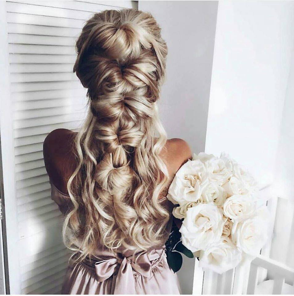 Une coiffure de mariage élégante avec de longs cheveux tressés