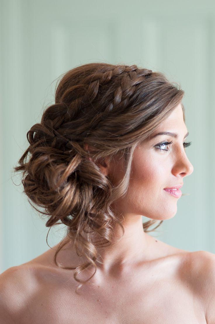 Une coiffure de mariage simple avec une tresse de cheveux longs