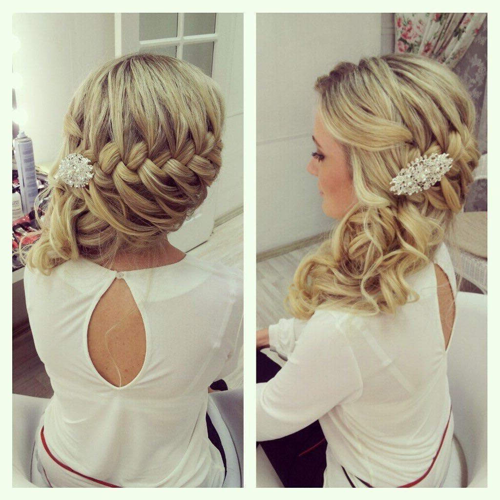 Une coiffure de mariage avec une grande tresse de cheveux longs