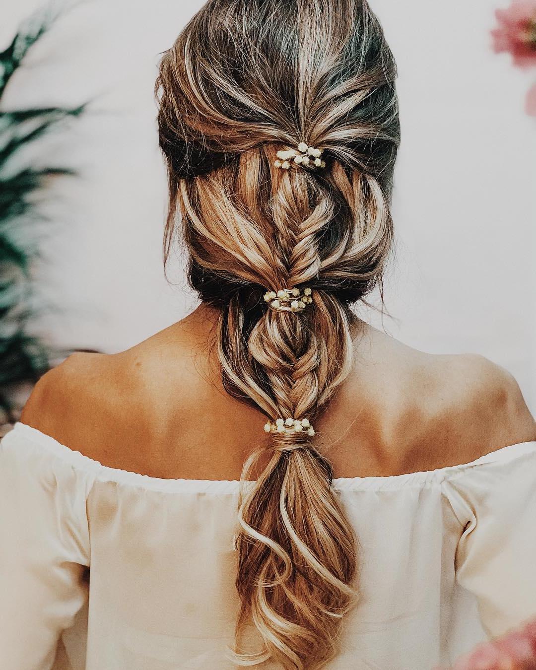 Une coiffure de mariage simple avec les cheveux longs