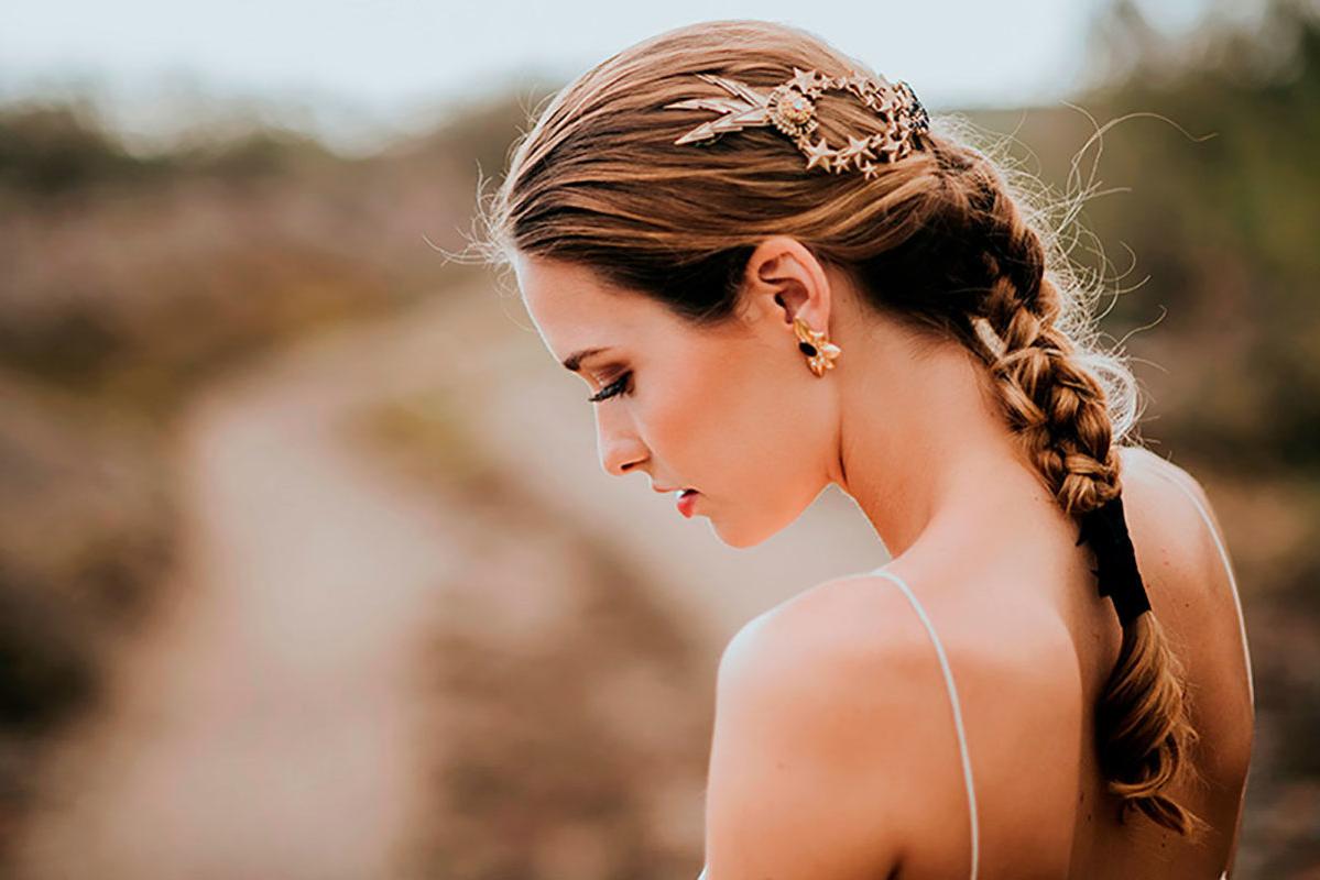 Une coiffure de mariage élégante et simple avec les cheveux longs