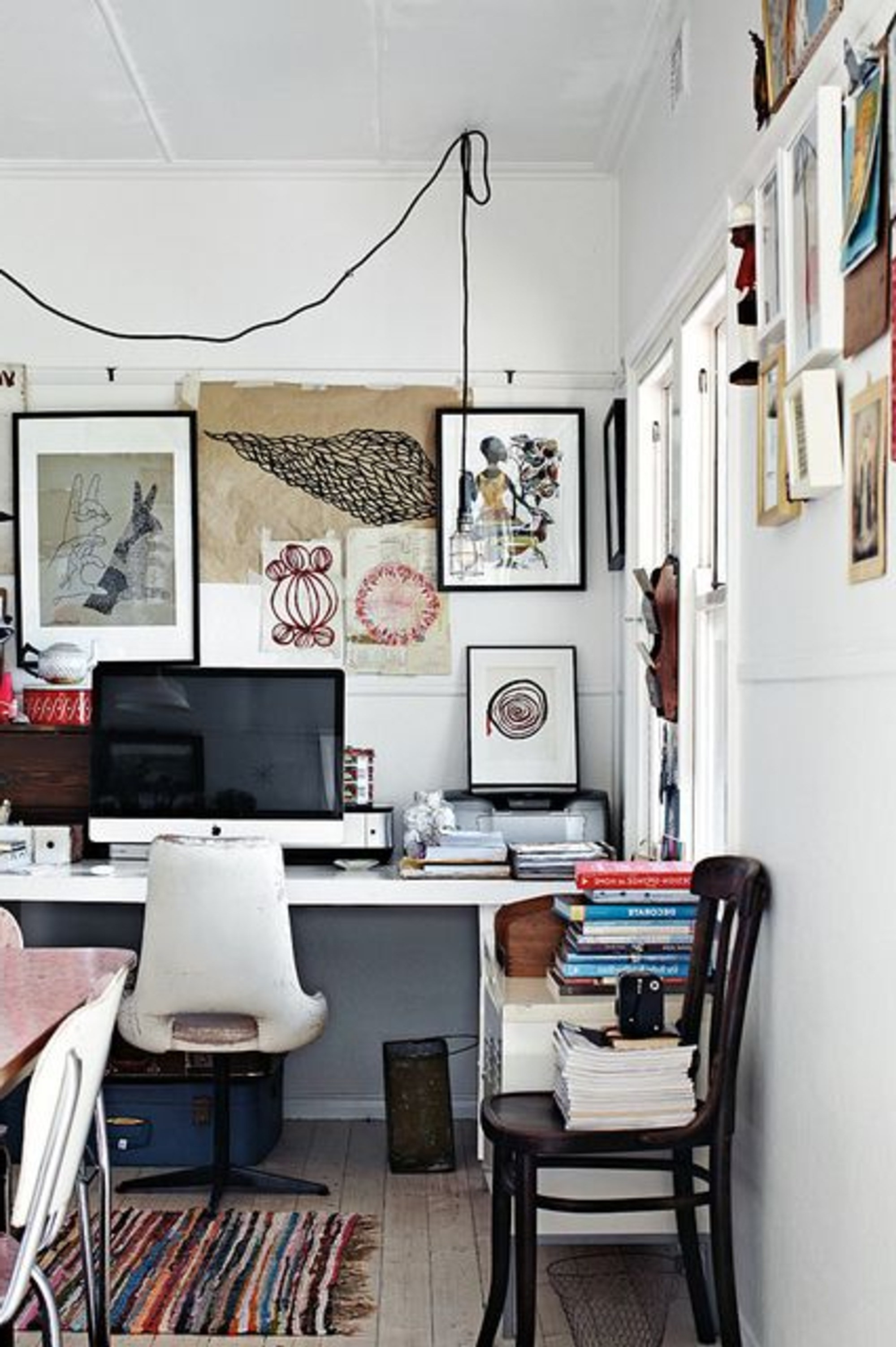 Utilisez la technologie pour rester connecté. Travailler à domicile peut vous aider à vous concentrer sur votre travail à court terme, mais vous pouvez aussi vous sentir isolé des opérations qui se déroulent au bureau.