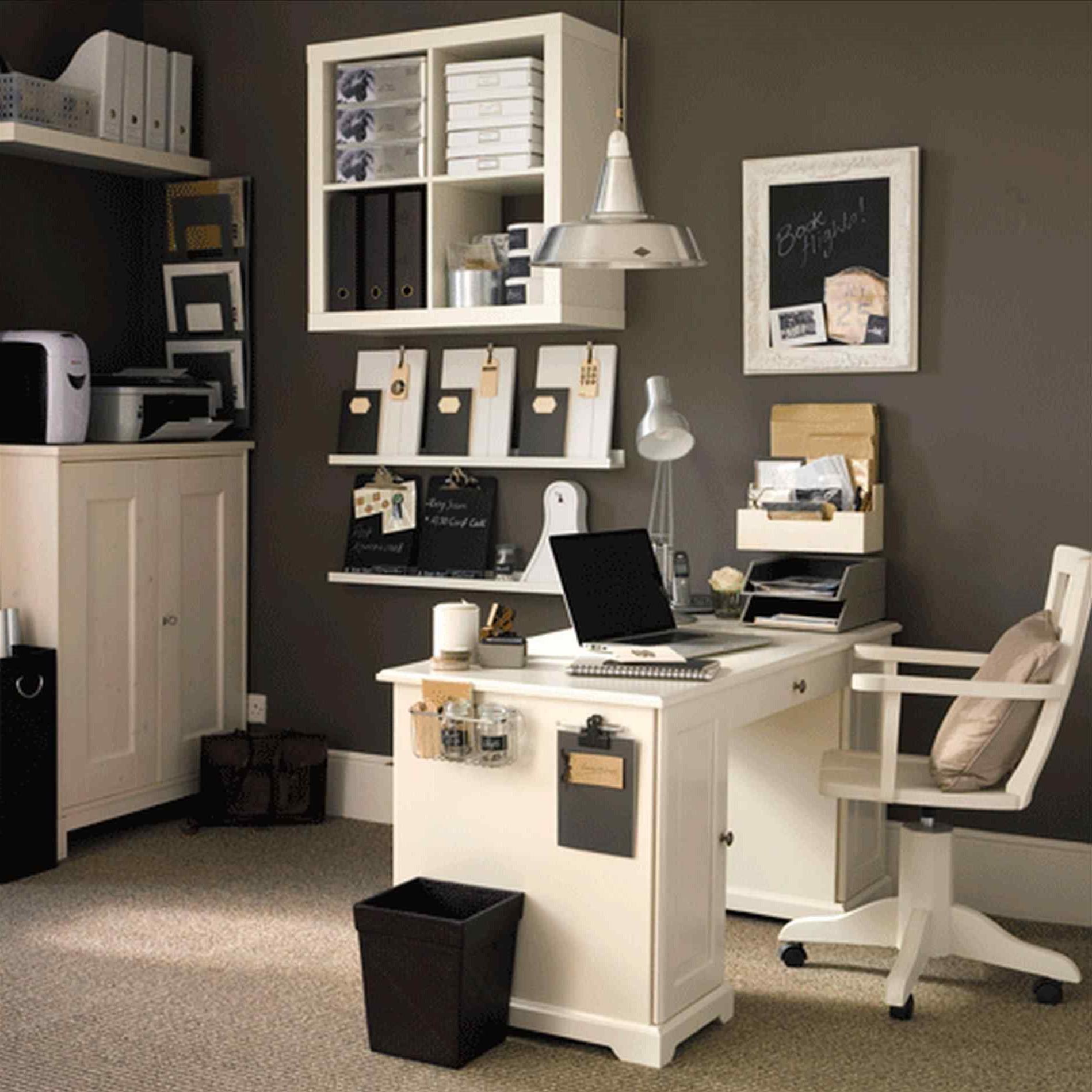 Utilisez également tout votre espace vertical en plaçant des armoires fixées au mur.