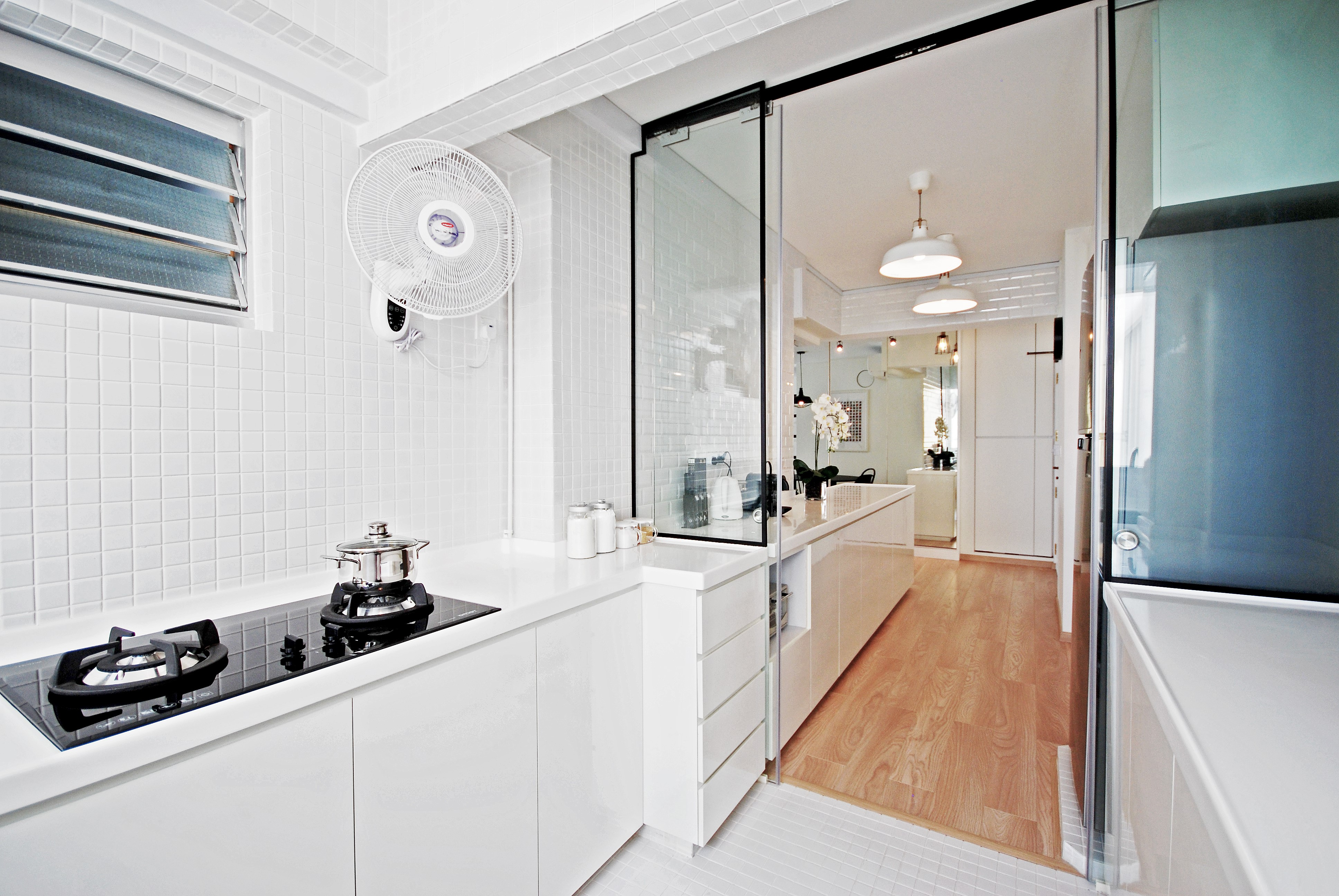 Voici une option similaire pour votre cuisine semi-ouverte sur séjour - utilisez des panneaux de verre encadrés.