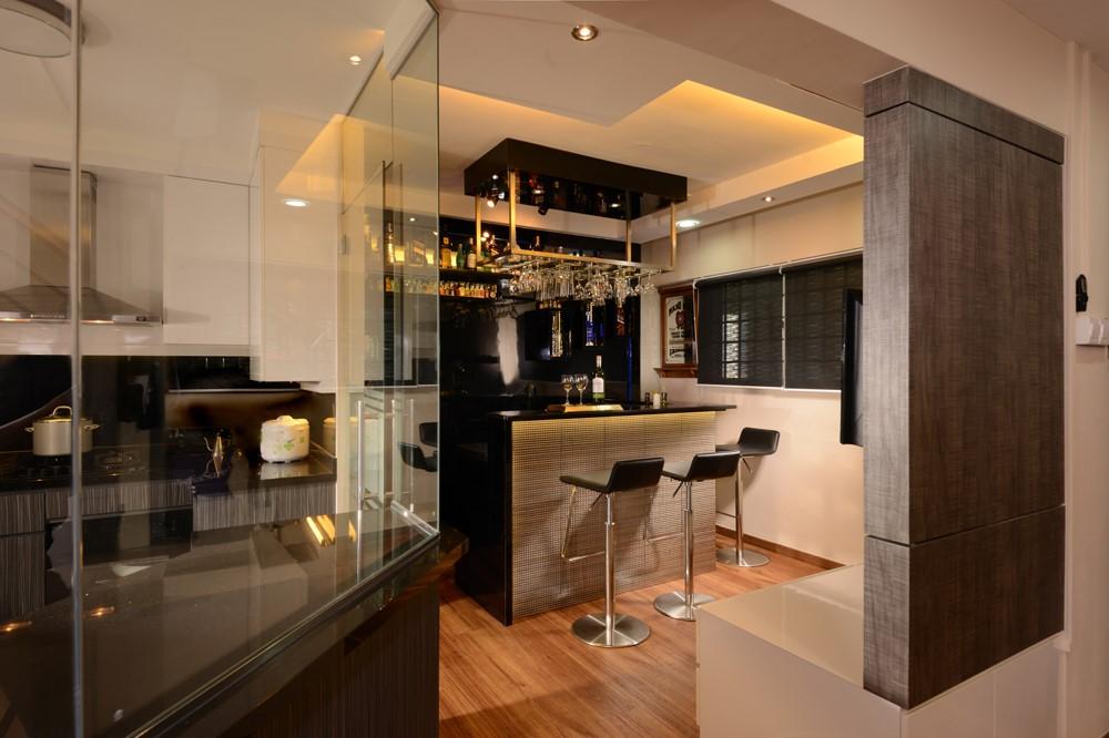 Les murs de verre sans cadre sont peut-être le moyen le plus élégant de bloquer la graisse et le bruit indésirables lorsque vous cuisinez.