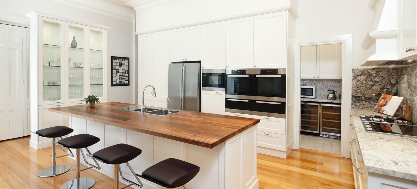 Cloison moderne avec haut comptoir de cuisine.