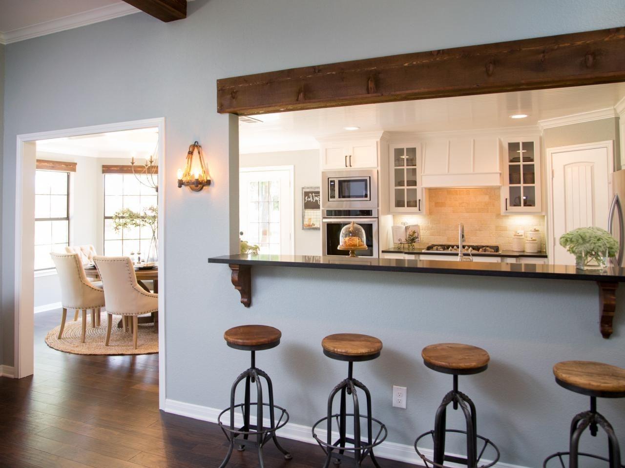 Créez une cuisine semi-ouverte sur séjour en utilisant un fenêtre.