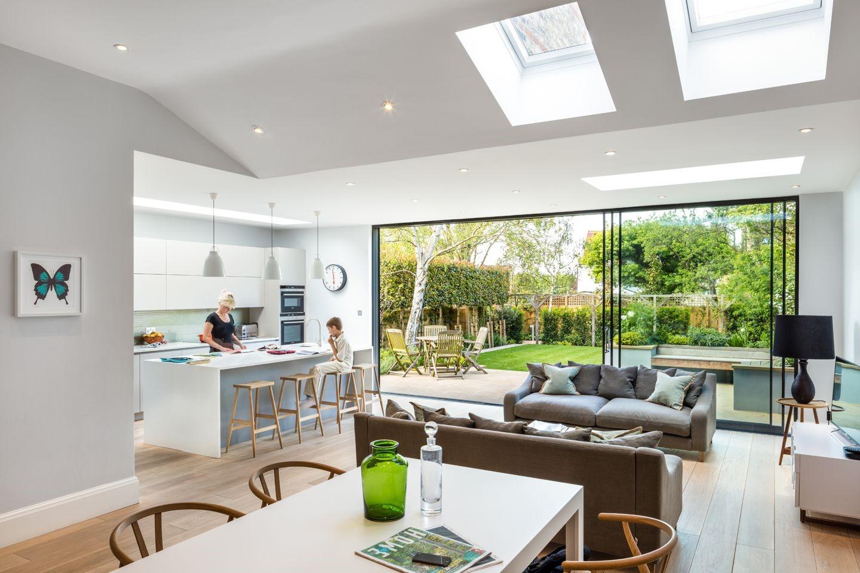 Une fenêtre de cuisine est conçue pour vous permettre de faire passer des aliments dans le coin-repas et dans la salle à manger après la cuisson.