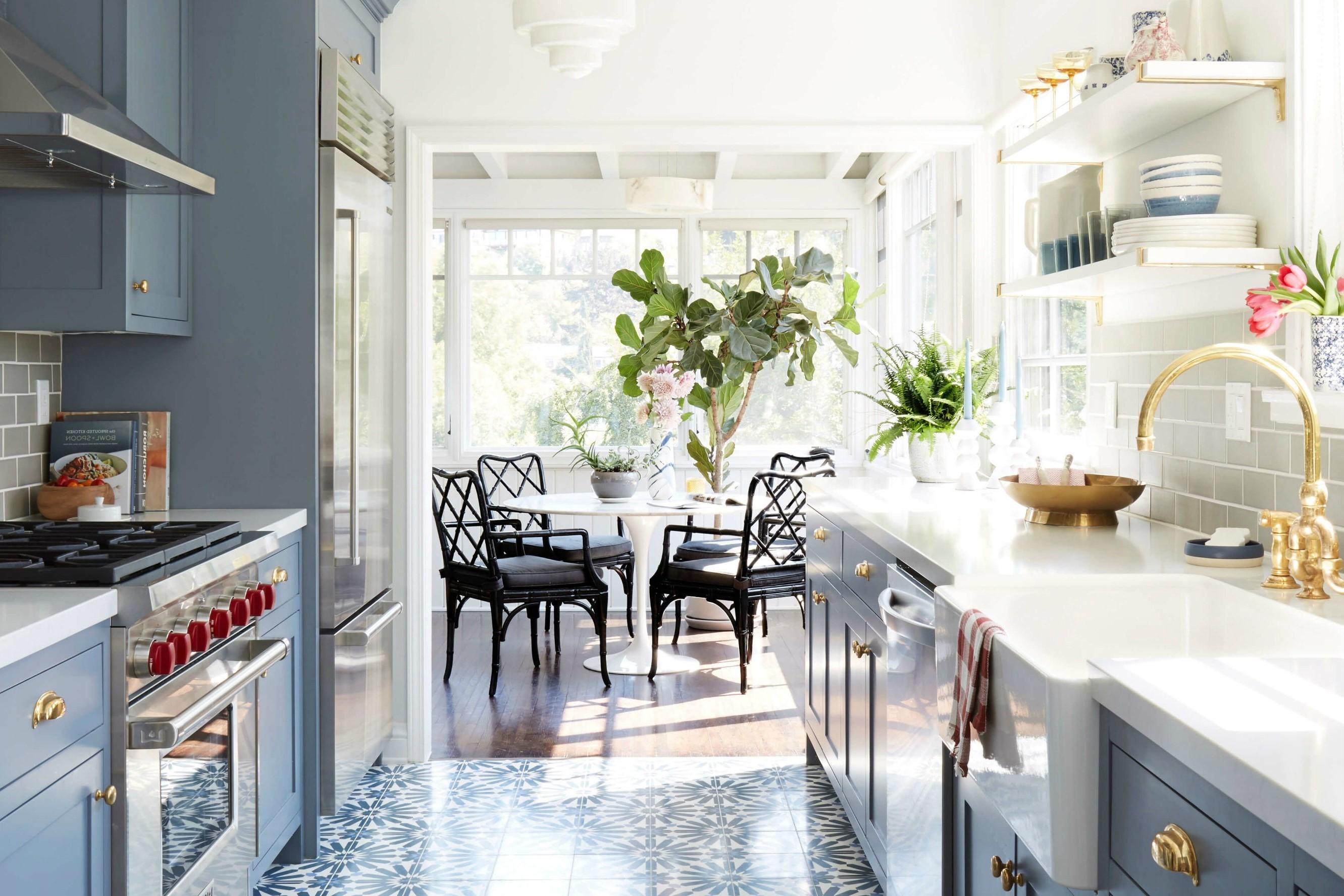 Si vous avez souvent des invités, une cuisine semi-ouverte sur séjour est une merveilleuse disposition pour engager vos invités pendant que vous préparez vos repas.