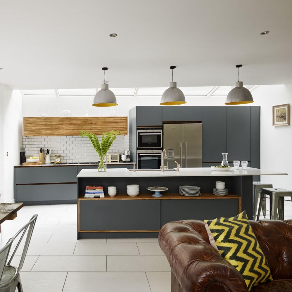 Une autre idée pour créer une cuisine semi-ouverte sur séjour est de construire un comptoir surélevé.