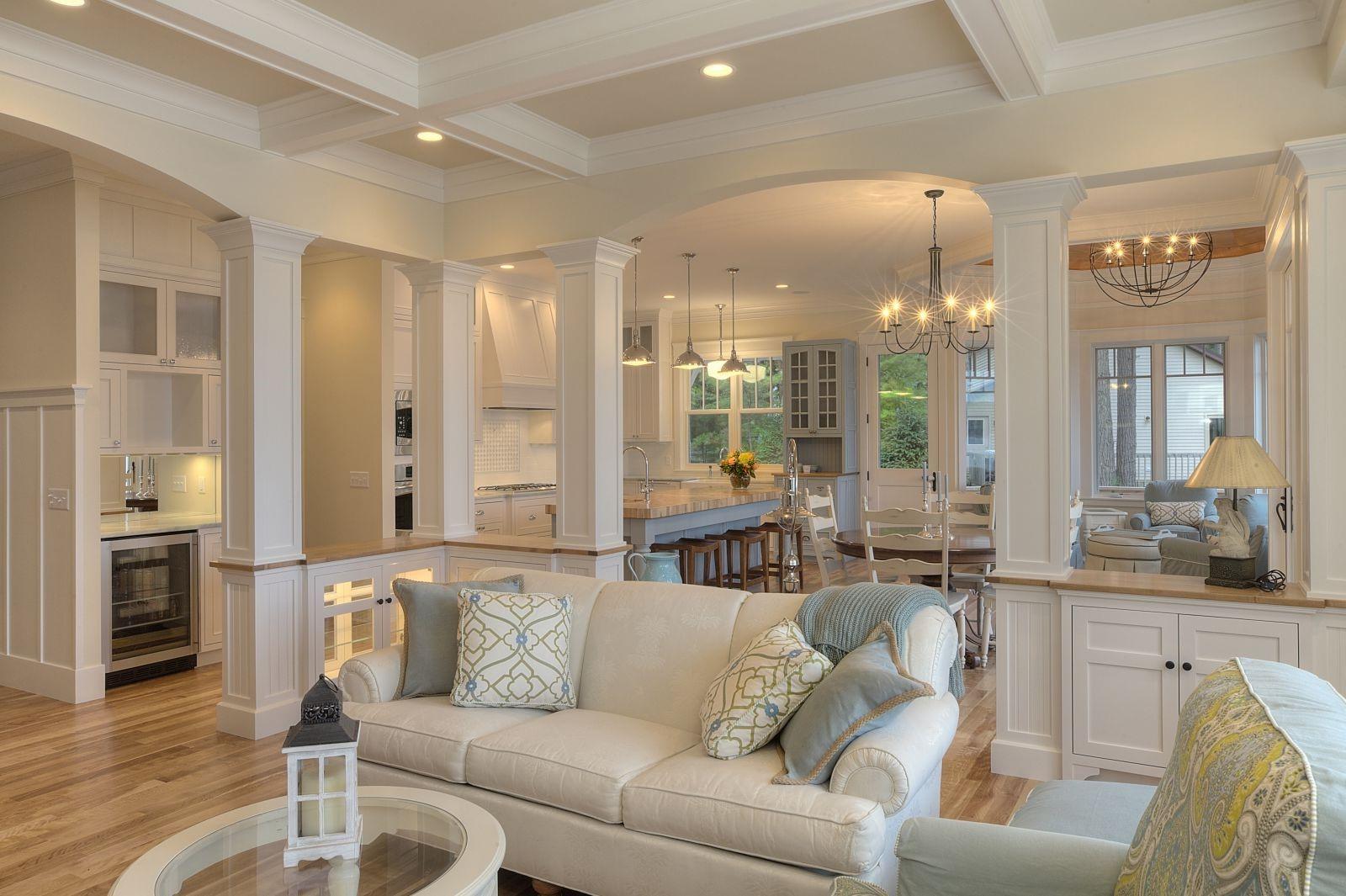 Choisissez un comptoir surélevé tel qu'un bar à petit-déjeuner ou un comptoir de bar et placez-le à l'entrée de votre cuisine ouverte.