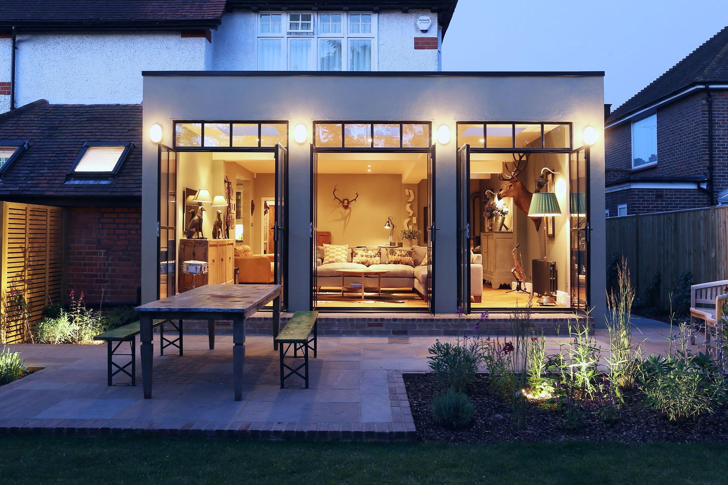 Les extensions de deux étages sont généralement utilisées pour créer une cuisine ouverte, salle à manger, coin salon avec porte vitrée donnant accès au jardin.