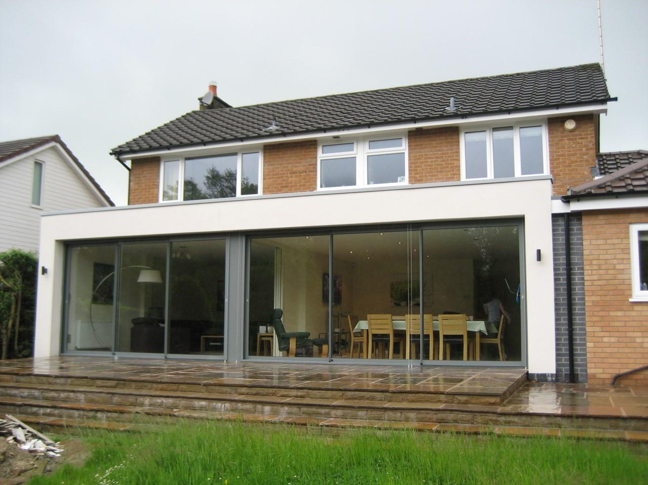 Un moyen judicieux d'utiliser un bâtiment existant, tel qu'une cuisine ou un coin-repas d'un étage ou un garage attenant, consiste à créer une nouvelle extension par-dessus.