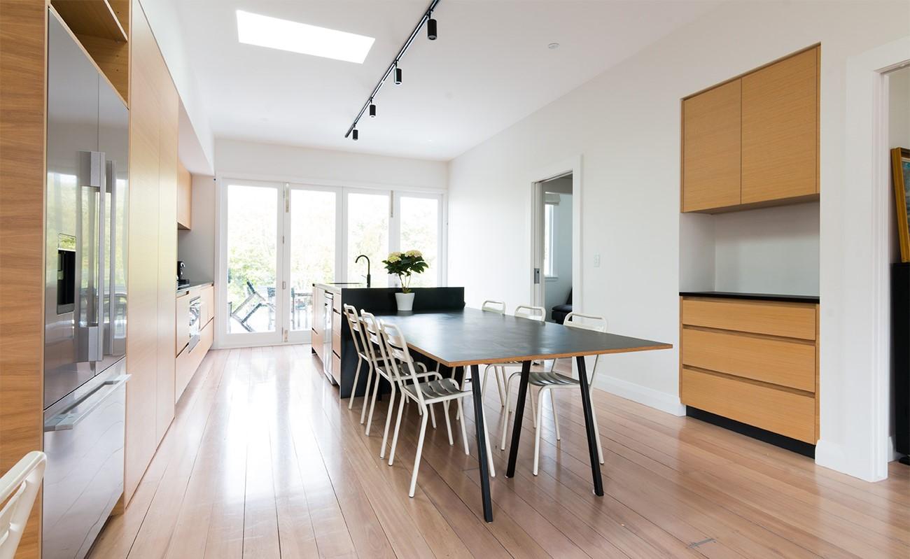 Il s'agit généralement d'une extension arrière à un étage (qui a tendance à ne pas être visible de l'avant de la maison) et même d'une extension arrière à deux étages.