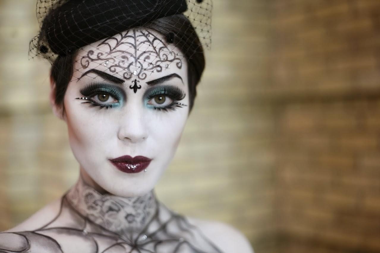 Regardez comme ce maquillage gothique est élégant!