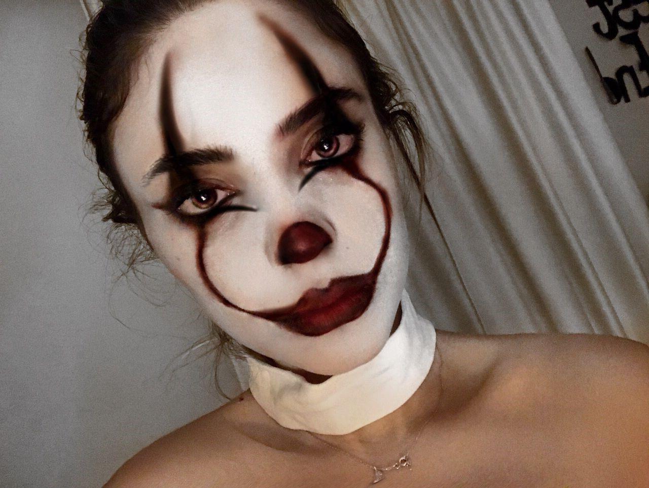 Une autre idée est de créer ce look de clown effrayant.