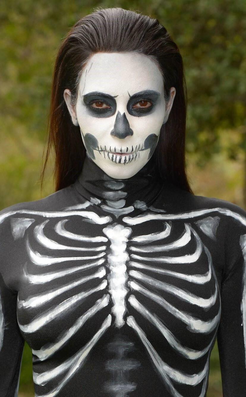 Complétez le look avec des vêtements imitant un corps squelette.