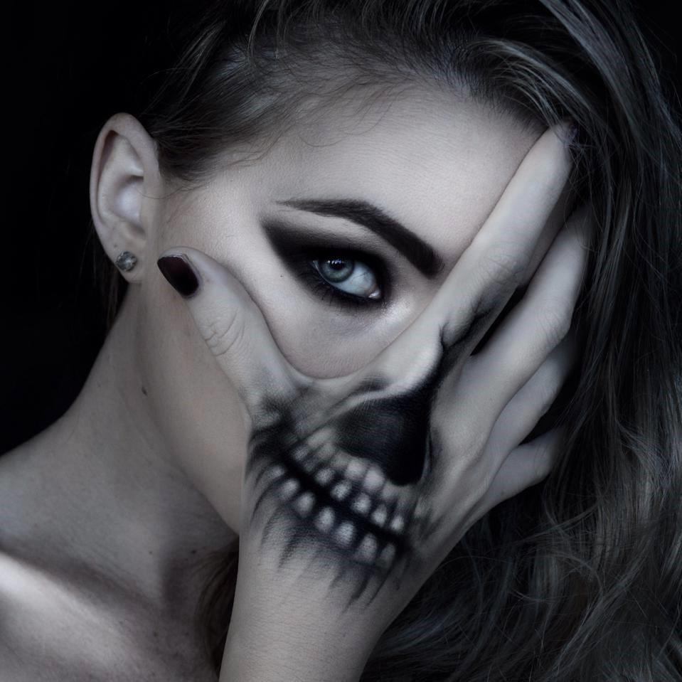 La bonne chose est que vous n'avez pas à investir beaucoup d'argent pour ce maquillage d'Halloween squelette.